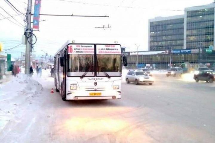 Автобус наехал на выпавшего из него пенсионера в Новосибирске