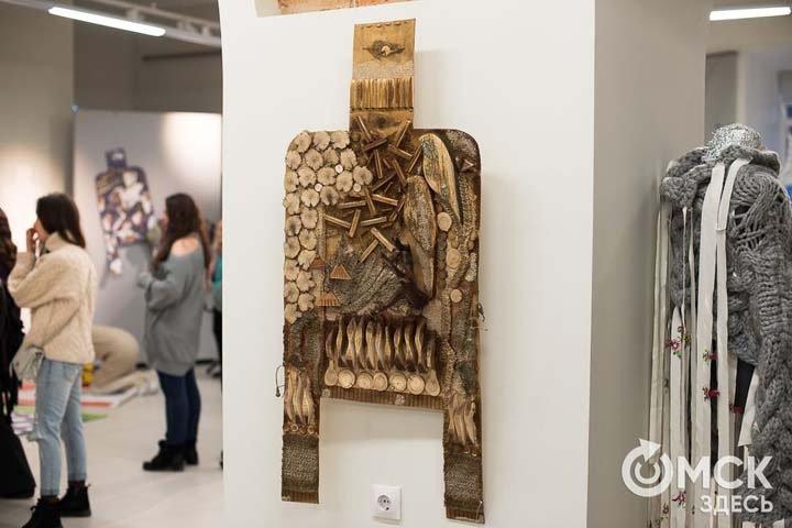 Наносвитер из фанеры и гирлянды показали на выставке в Омске