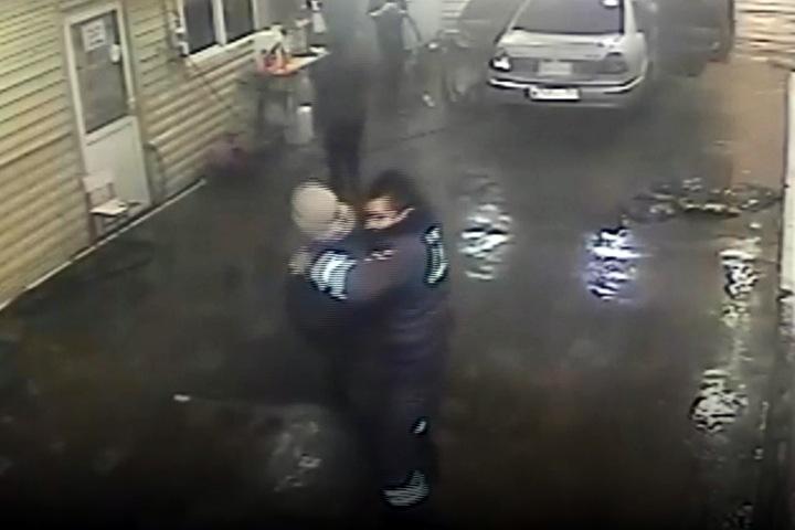Бурятские полицейские отказались платить на автомойке и напали на директора