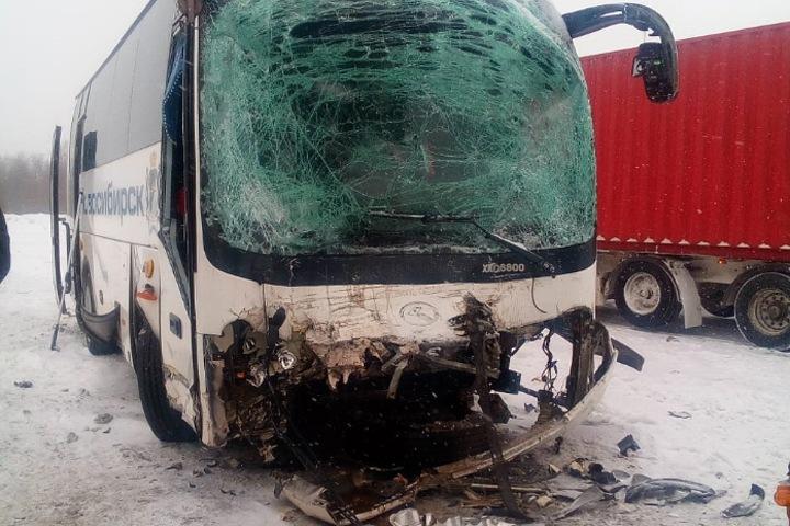 Междугородний автобус попал в ДТП под Новосибирском, есть пострадавшие
