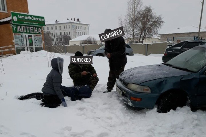 Автомобиль влетел в остановку с людьми в Алтайском крае