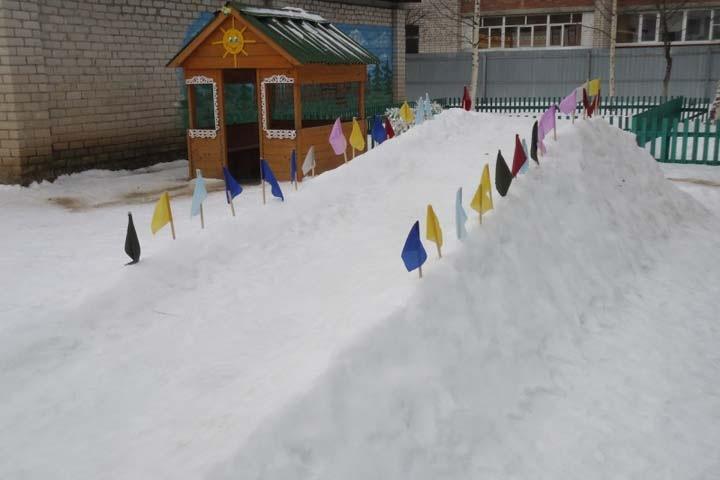 Горки в Кемеровской области покрасили белой краской от угольной пыли
