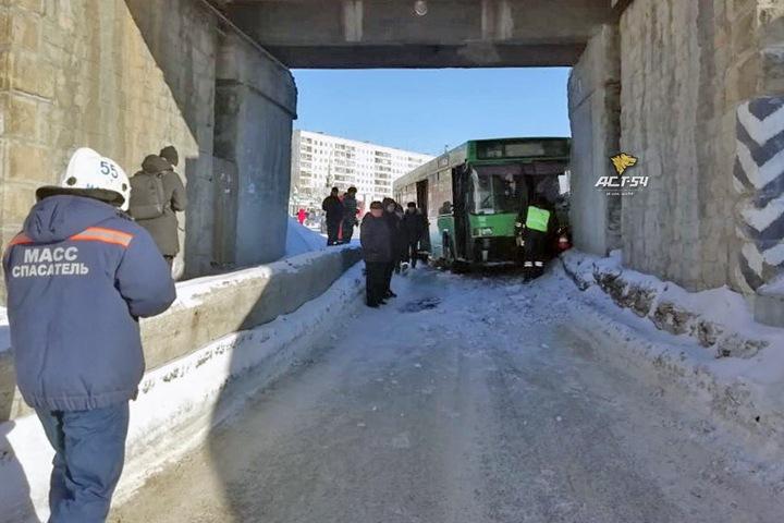 Одиннадцать человек пострадали в ДТП с автобусом в Нижней Ельцовке