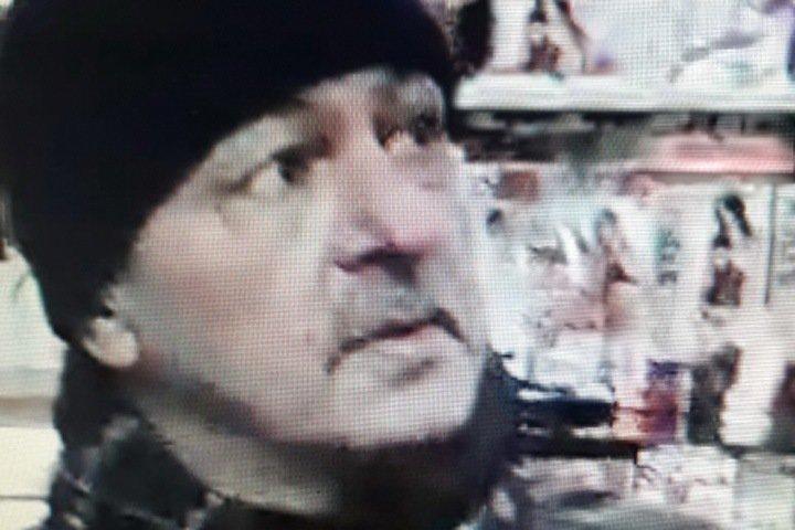 Пожилой мужчина разыскивается в Новосибирске за кражи из секс-шопов