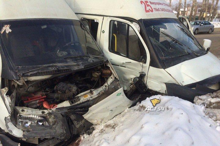 Семеро пострадали в лобовом столкновении маршруток в Новосибирске