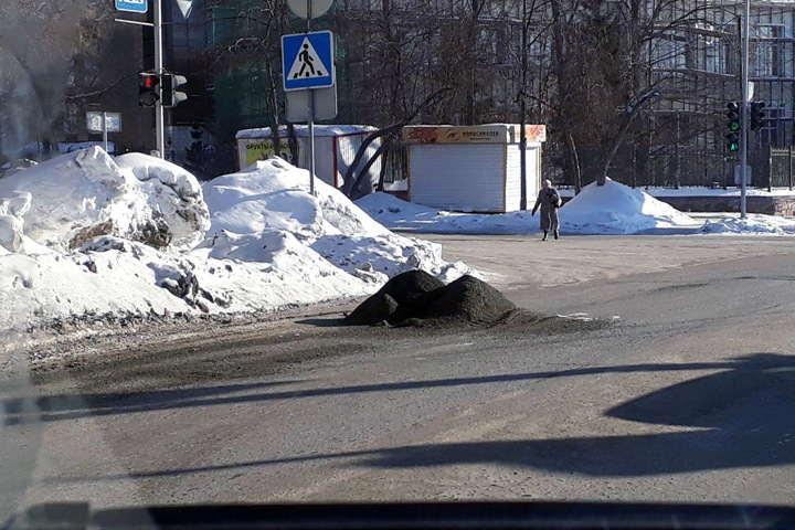 Кучки противогололедного средства появились на дорогах Новосибирска (фото)