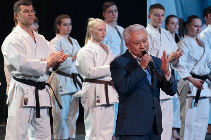 «Несмотря на санкции, решили провести»: новосибирский истеблишмент отпраздновал тридцатилетие клуба «Успех»
