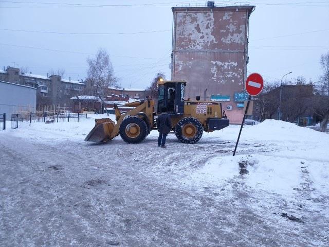 Строительная техника вновь появилась у новосибирского лицея №22