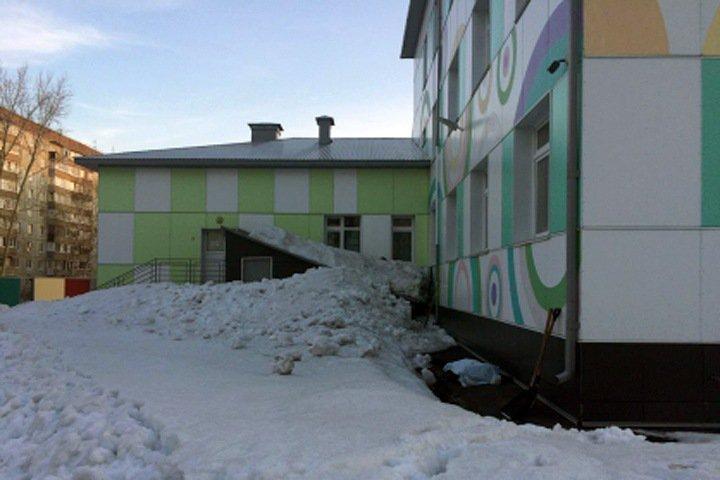 Дворника насмерть задавило снегом у детского сада в Барнауле