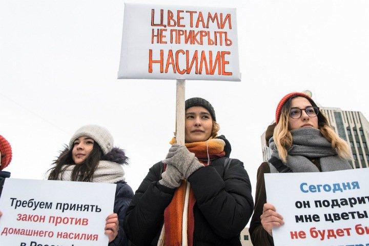 «Здесь одни девочки»: сибирячки вышли на пикет против насилия