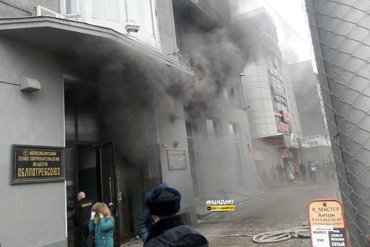 Супермаркет загорелся в центре Новосибирска