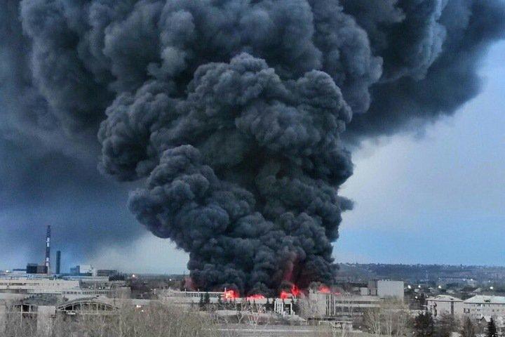 Завод горит в Красноярске на площади 20 тыс.кв.метров. Жителей просят не открывать окна