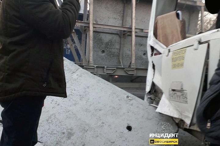 Прокуратура проверит падение бетонной плиты на автобус в Новосибирске
