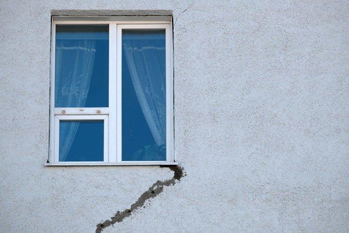 Власти объяснили ремонтом трещины на фасаде дома в центре Новосибирска