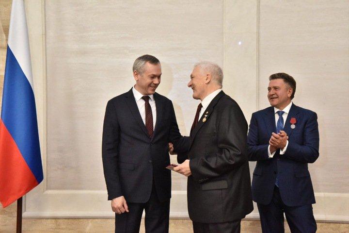 Травников наградил медалями доярок, врачей и трактористов