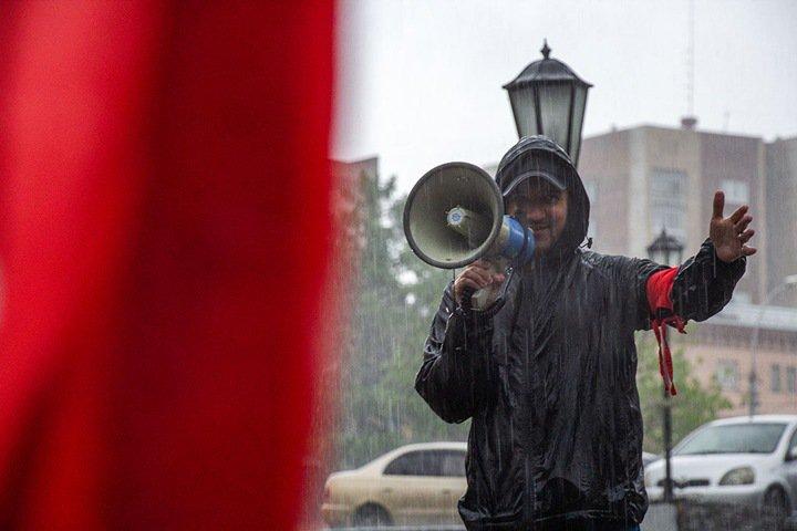 Новосибирцы вышли на митинг против повышения пенсионного возраста в ливень