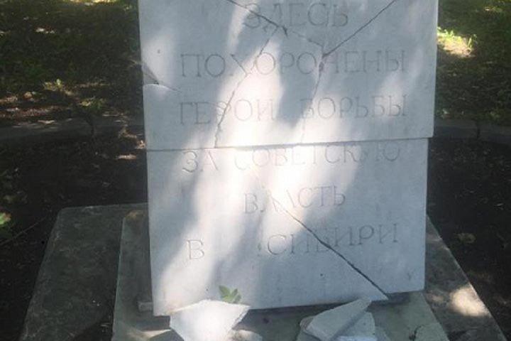 Вандалы разрушили надгробную плиту в новосибирском Сквере героев революции