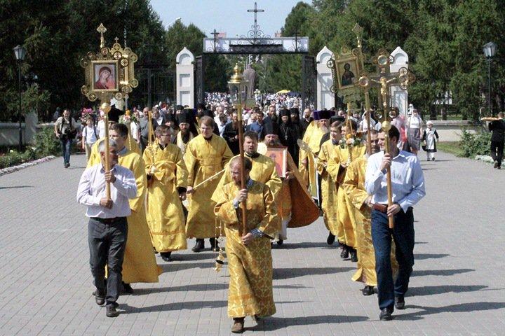 Крестный ход в Новосибирске: АК-47 и «отец народа»