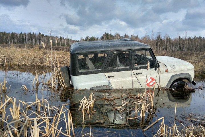 Десять человек утонули в автомобиле в Туве