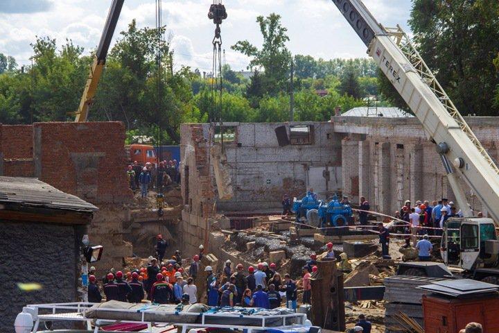 Трое погибли при обрушении стены в Новосибирске. Главное