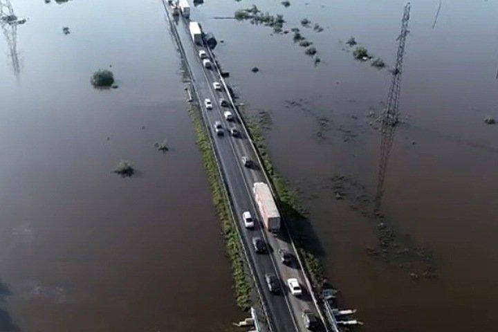 Гигантская пробка образовалась на подъезде к подтопленному Тулуну. Видео