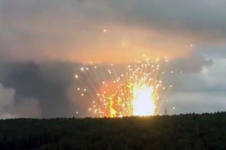Тысячи красноярцев эвакуируют из-за взрывов в воинской части. Есть пострадавшие