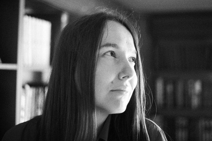 «Женщины гораздо смелее в литературе»: писательница Евгения Некрасова о детском одиночестве и феминистской поэзии