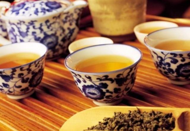 Почему в жару нужно пить горячий чай?