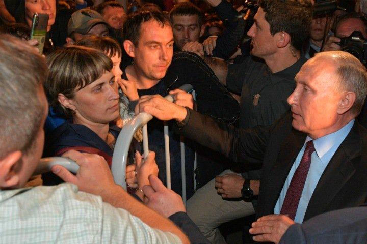 Путин поговорил с жителями затопленного Тулуна через забор