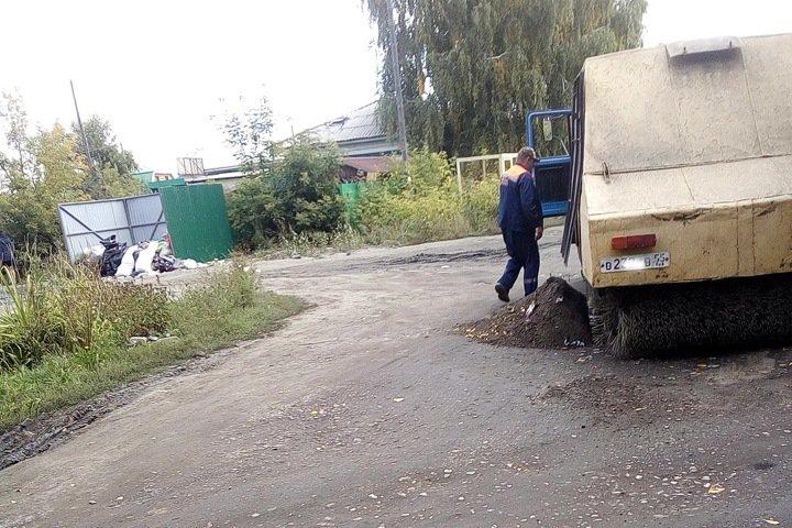 Ямы на дорогах Омска заделывают пылью и окурками
