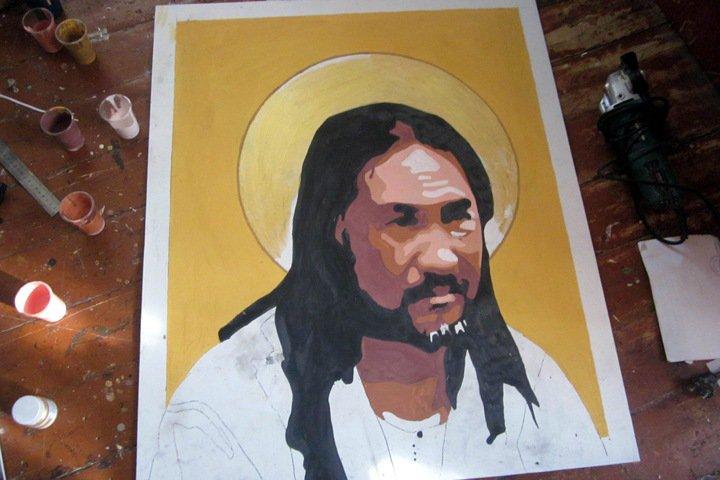 «Дойди и изгони»: новосибирский художник пишет портрет задержанного шамана, который шел к Путину