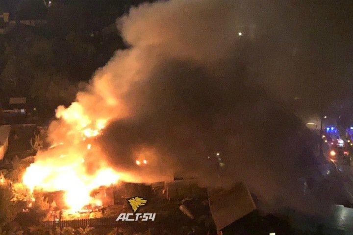 Несколько жилых домов загорелось в Новосибирске