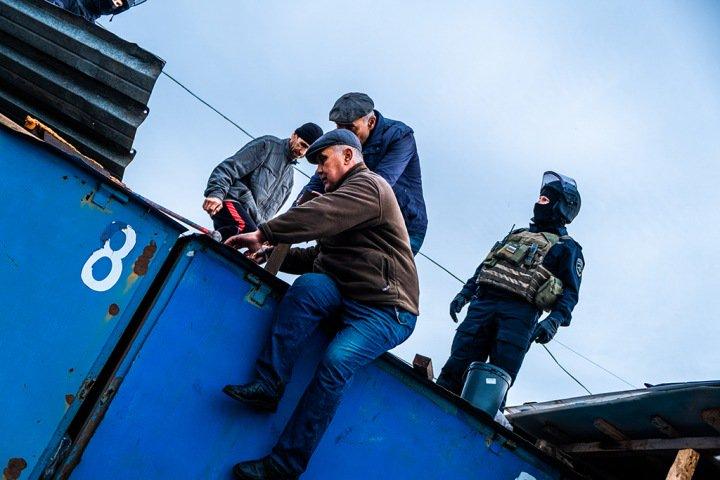 Более 200 человек доставлены в полицию после проверки на Хилокском рынке Новосибирска. Фото