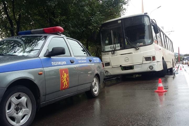 Автобус сбил двух женщин на переходе в Красноярске. Они с серьезными травмами попали в больницу