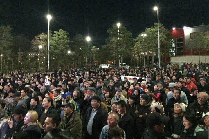 Около 2 тыс. жителей Улан-Удэ вышли на митинг против итогов выборов. Глава Бурятии уехал с акции протеста