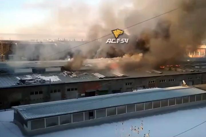 Склады с мебелью загорелись в Новосибирске