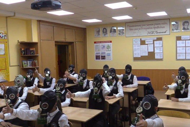 Новосибирское МЧС одело школьников в противогазы под «Все идет по плану» в честь дня гражданской обороны