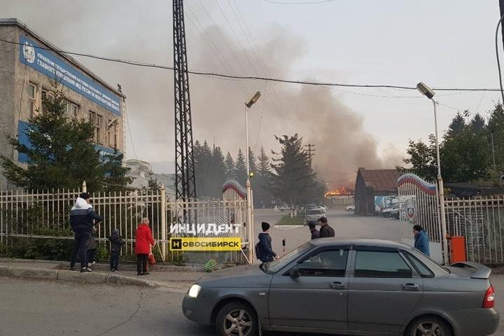 Постройки загорелись у здания новосибирского ГИБДД