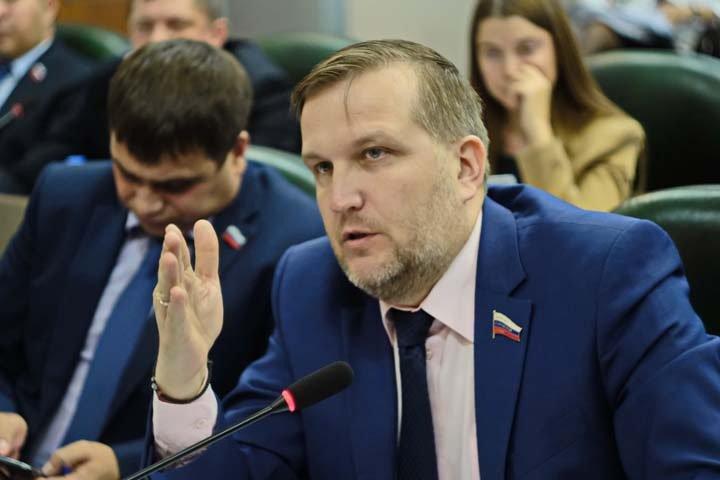 Оставшегося на голосовании по лишению мандатов в бийской гордуме депутата исключили из «Единой России»