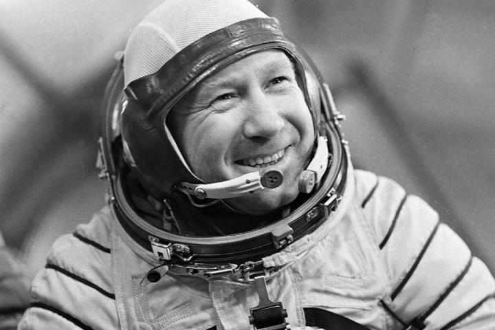 Требовал полета на Луну, едва не погиб при покушении на Брежнева, рисовал марки. Памяти сибиряка Алексея Леонова