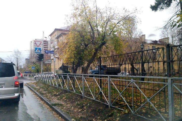 Производитель гробов и оградок: кто и почему зарабатывает на заборах вдоль дорог Новосибирска