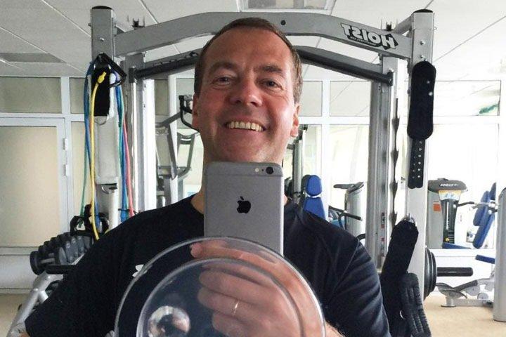 «Я нажал на кнопку и деньги нашлись»: Медведев о решении вопроса упавшей перед ними на колени алтайской пенсионерки