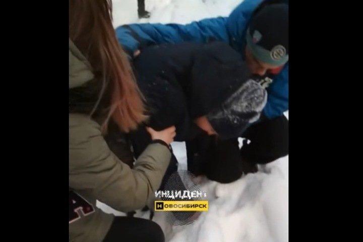 Дело о вымогательстве завели на подростков в Новосибирске после видео с избиением