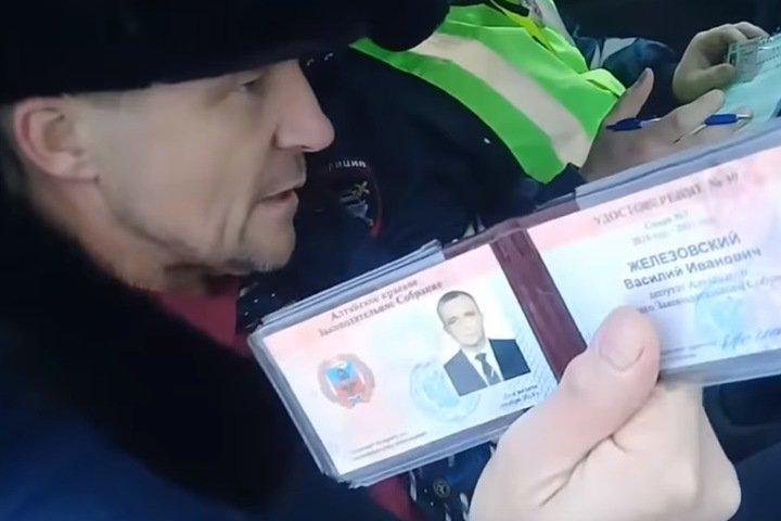 «Вы слуги, а мы представители народа»: алтайские депутаты поспорили с сотрудниками ГИБДД из-за парковки