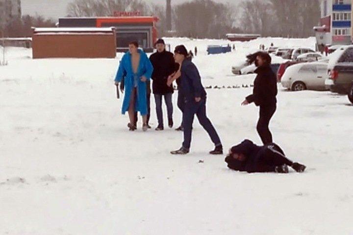 Массовое избиение мужчины в Новосибирске попало на видео