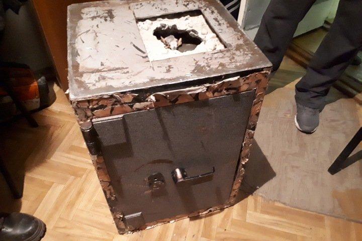 Жители Бурятии проникли на предприятие, связали охранника, вынесли сейф с 2,7 млн и не смогли его вскрыть