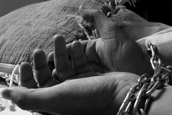 Жители Мариинска использовали девушку с психическим заболеванием как рабыню