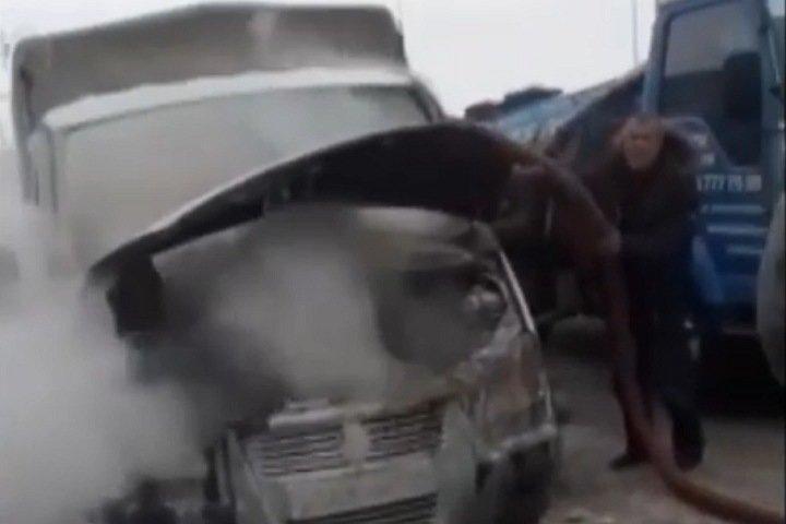 Новосибирские ассенизаторы потушили машину жидкими отходами