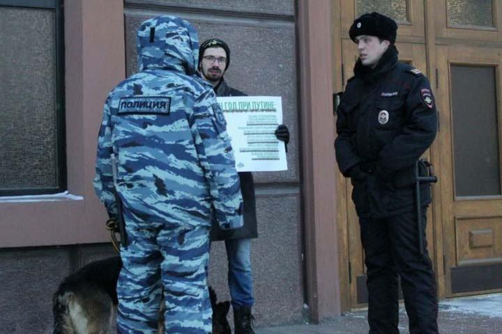 Омский активист вышел к зданию ФСБ с плакатом против Путина и политических преследований