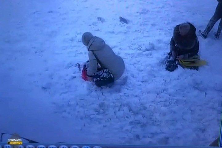 Снег с крыши дома рухнул на женщин и ребенка в Новосибирске